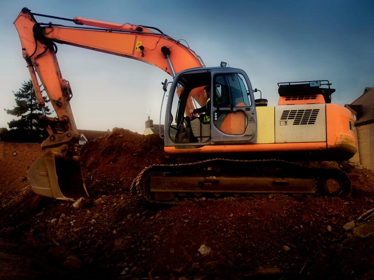 Maszyny budowlane – jak wynająć?